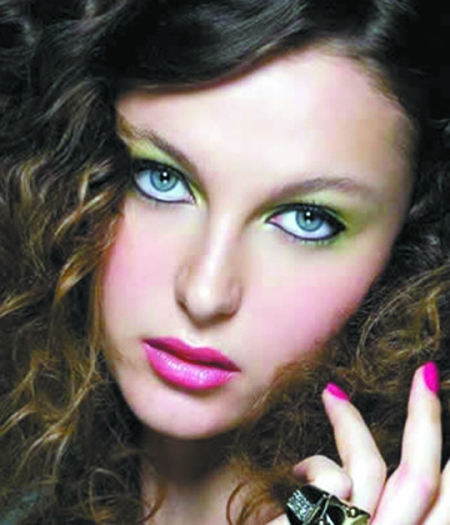 保持素净的底妆,以清晰的眼线与唇部来打造新的红唇妆容.图片