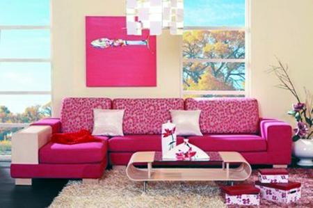 经典布艺与实木组合沙发,茶几以弯曲木为支架,镶嵌着明镜玻璃.
