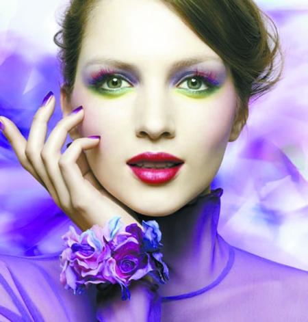 妆容重点:蓝色的大面积晕染眼妆,无腮红   彩妆创意总监设计了一款