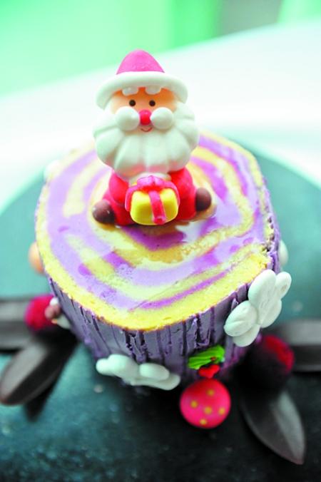 蛋糕上的圣诞老人,姜饼干,链珠,星星,铃铛等装饰物都是可以吃的,美轮