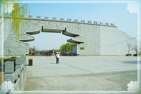 赵晴雪   洛阳隋唐遗址植物园位于洛河之南,在洛阳市的中州中路坐46路