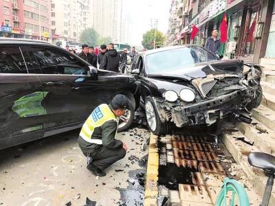 郑州一宾利突然撞向路边车 维修费或百万元 交警称:系疲劳驾驶所致