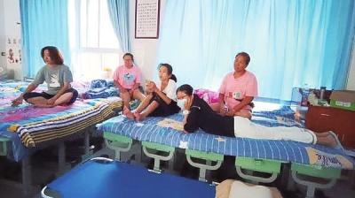 新乡一家六口从洪水中转移,儿子下船当了志愿者去救人